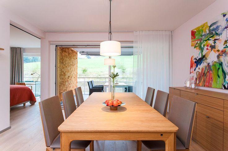 """Interiér švýcarského bytu navrhovaly a realizovaly designérky z velké části """"na dálku"""" z Česka. Přesto vzniklo i díky osvícenosti klientů dokonalé místo, jehož strohost a čistota dává vyniknout malebnému okolí."""