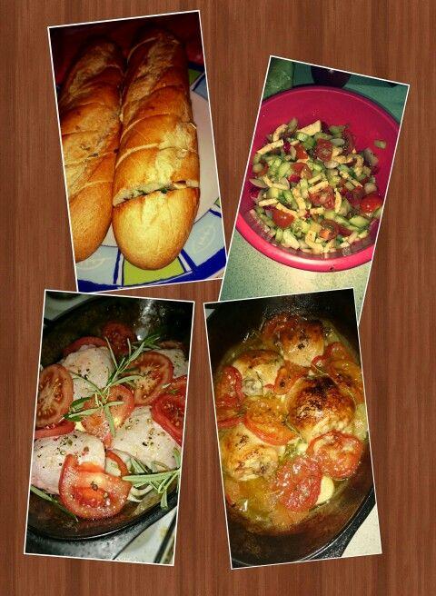 Kuře na rajčatech a bylinkách, česneková bageta a salát
