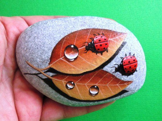 Painted stone ladybugs on leafs Is Painted por RockArtAttack