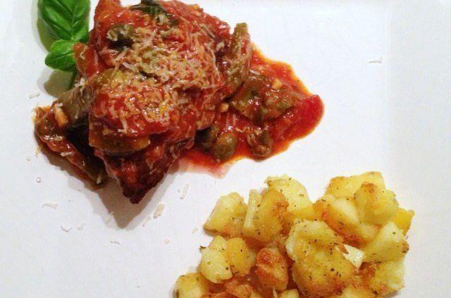 Recept voor Italiaanse biefstuk met een saus van tomaat, augurk en kappertjes en gebakken aardappels.