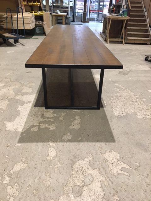 Op maat gemaakte tafel met stalen onderstel en massief eiken blad. 4 m1 lang!