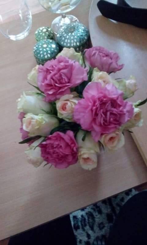 klein boeketjes gemaakt met roze anjers en wit rozige rozen.