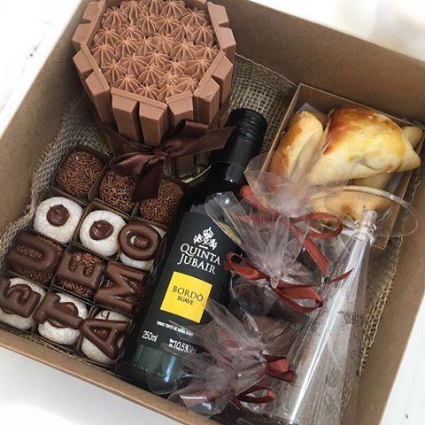 Olhaaaaaa essa caixa maravilhosa!   Mini bolinho, brigadeiros, pão de mel, vinho e até salgadinho ❤️❤️❤️  Encomendas pelo 14 981908356