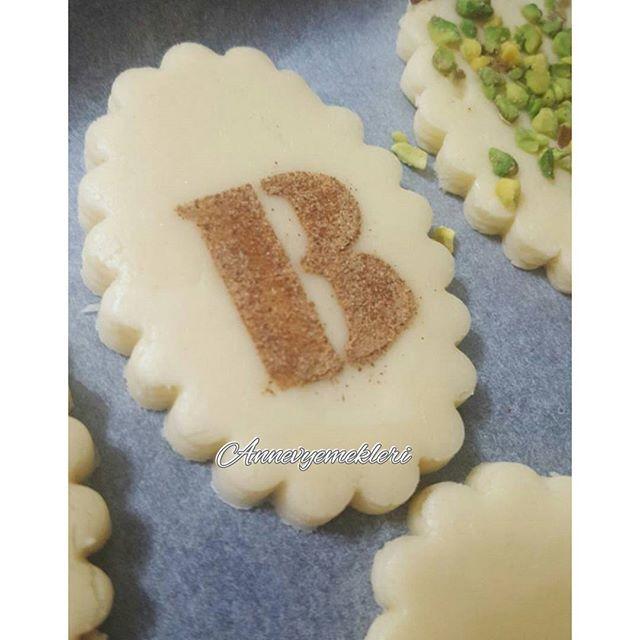 Bu tatliş kurabiyeler bugün akşam Kanada yolcusu oldu😲 Nasıl mı dediğinizi duyar gibiyim tabiki uçak ile giden aile evlatlarına götürdüler😀👍😉 Türk yemeklerine hasret kalan Berk'e süpriz yemekler gidiyor😀😊👍😍 Yanında Mücver ve sarması ile mideler bayram edecek😀😀 %100 tereyağlı hamurdan yapılan mis gibi kurabiyeler antep fıstığı, tarçın, çikolatalar ve bonibonlar ile süslendi👍👍😊 Sipariş için;  Whatsapp 📲 05078501969 📥İnstagram DM ya da 💌annevyemekleri@hotmail.com #butikpasta…