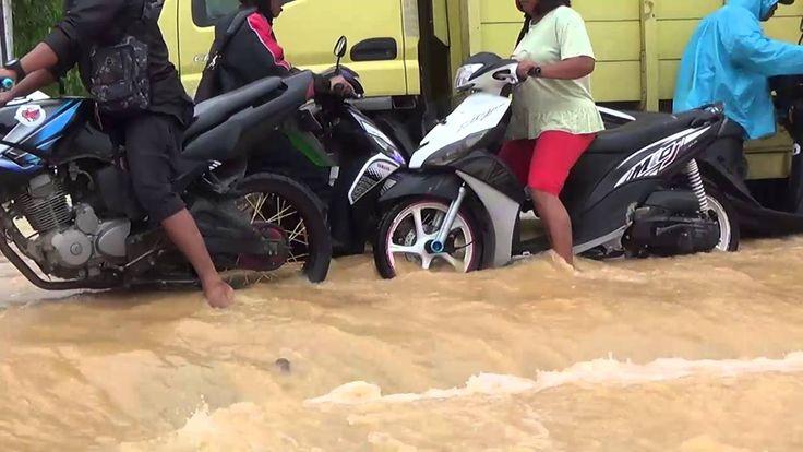 Banjir Kepung Kota Padang