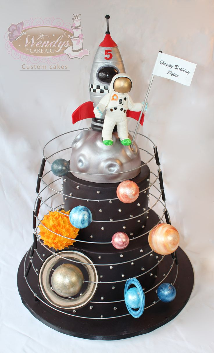 www.wendyscakeart.com Solar system cake with astronaut and space ship