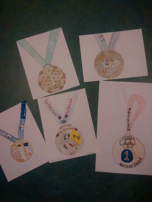 Eigen ontwerpen van medailles. Dit resultaat na de voorbereidende opdracht die ik eerder gepint heb.  Later in de week maken we ze van klei