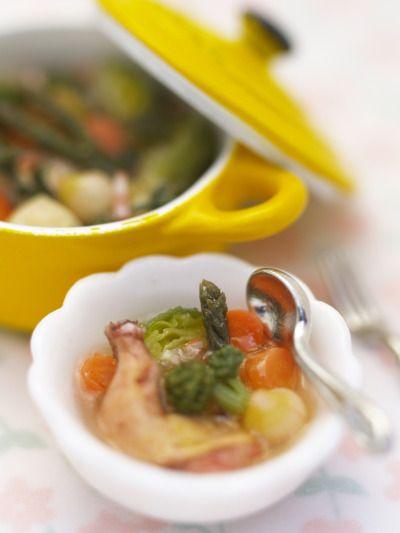 粗めに切った野菜と鶏もも肉をじっくり煮込みました。 フランス風鍋はミニ厨房庵の河合行雄氏による制作。 鶏のポトフ Pot-au-feu 鶏もも、にんじん、たまねぎ、 じゃがいも、ブロッコリー など