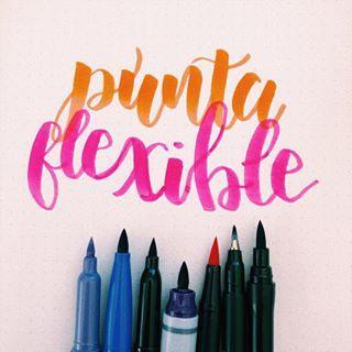 Para iniciar en el mundo de la caligrafía recuerda que los mejores son los plumones punta flexible.   Existen algunas marcas de plumones punta pincel pero no son flexibles 🙅🏻♀️. Revisa muy bien cuando hagas la compra de tu material