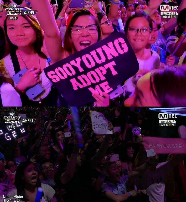 """LA'deki Kcon festivaline Sooyoung dizi çekimleri yüzünden katılamamıştı. Biliyorsunuz Koreliler ne kadar beğenmese de yurtdışındaki fanlar Sooyoung'a bayılıyor  Kızlar Mr. Mr. performansı sergiledikleri sırada bu pankartlar dikkat çekti. İlk fotoğrafta """"Sooyoung beni evlatlık al!"""" yazıyor. İkinci fotoğrafta da bir ahjusshi fan """"Sooyoung nerede?"""" yazısını tutuyor.   Video: http://www.youtube.com/watch?v=FOvYZ8BOM14 (İlki 1.56, ikincisi 4.00. dakikada)"""