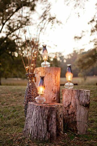 Thème Rustique / Rustic : Décoration extérieure composée de lampes à pétroles sur rondins de bois #tpmm