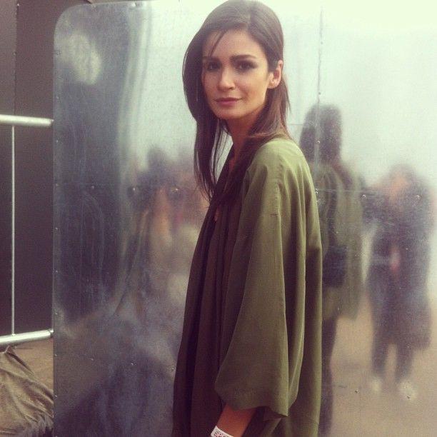 Carol Ribeiro aguarda ao lado de fora do backstage da Animale.  A top desfilou pela grife