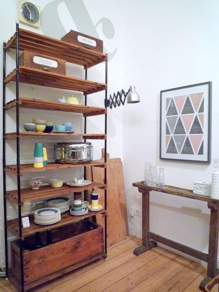 Vintage RegalSystem mit HolzBox. Bunte KeramikBols aus Belgien. WerkZeugBank vom Polsterer. ScherenLampe. Original BäckerBretter. Grafik heldLykke.