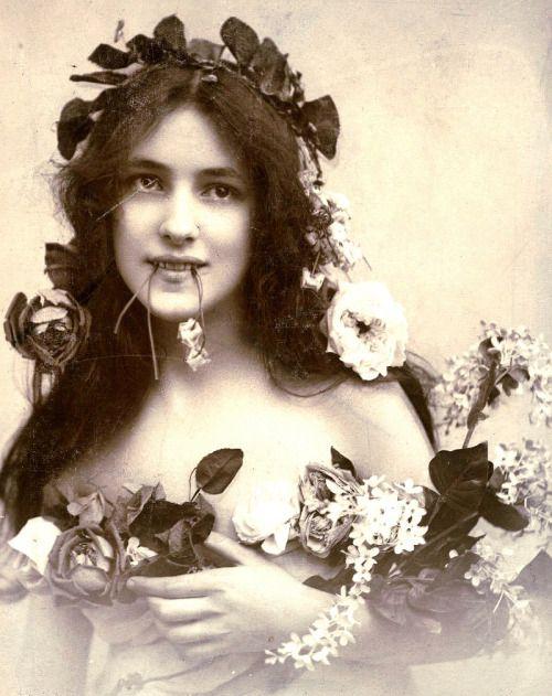 travoltas:  Эвелин Несбит сфотографирована Отто Sarony, 1902.