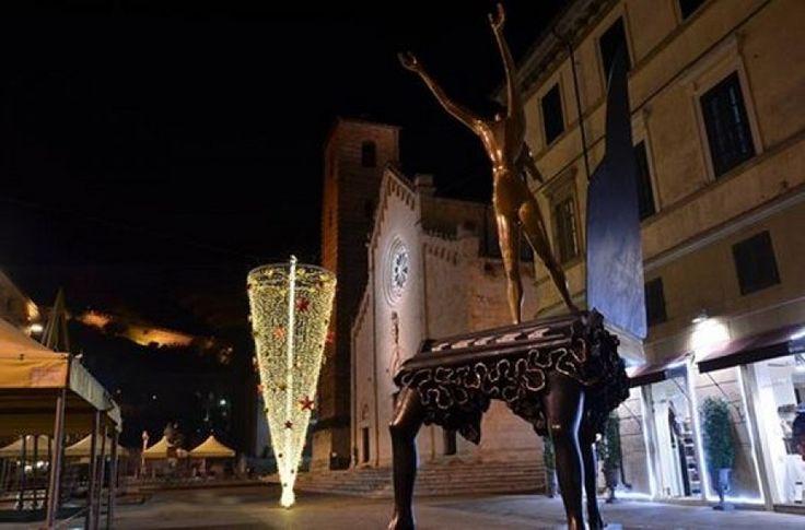 """Festività: abete """"a testa in giù"""", l'omaggio al surrealismo stravagante di Salvador Dalì"""