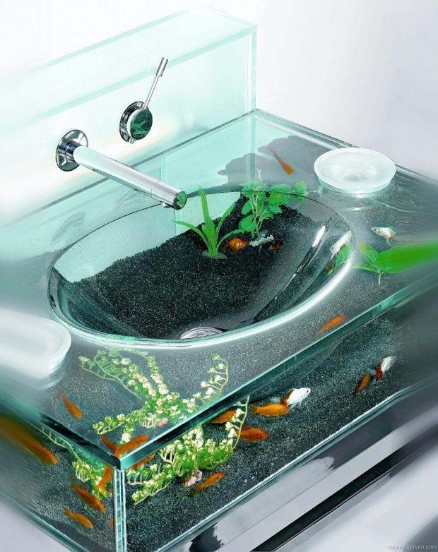 水を受けるシンクがなんと水槽・・・。バスルームがまるでアクアリウムのように幻想的な空間になります。