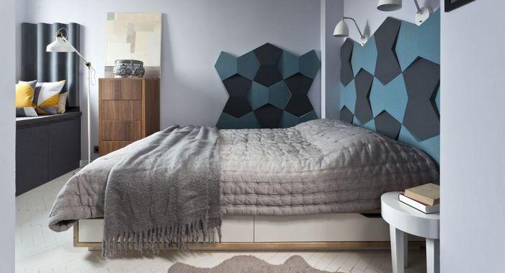Szara sypialnia z kolorowymi panelami naściennymi