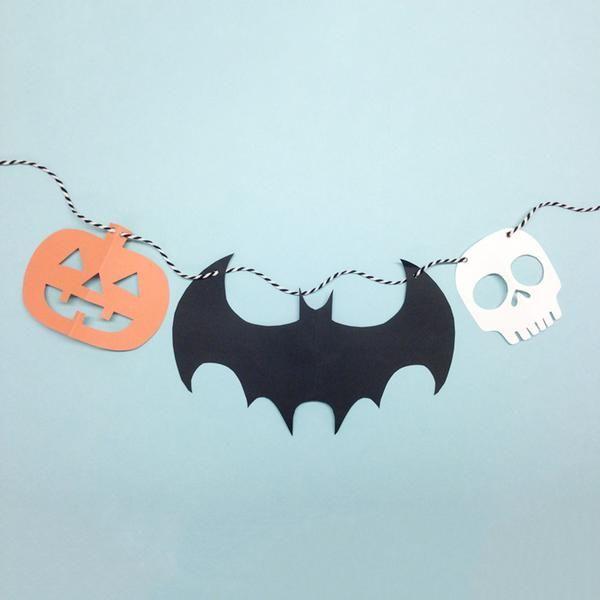 Halloween nærmer seg med stormskritt, og vi har lagd en mal som dere kan bruke til å lage girlandere for å sette stemningen til helga! DETTE TRENGER DU: -saks o