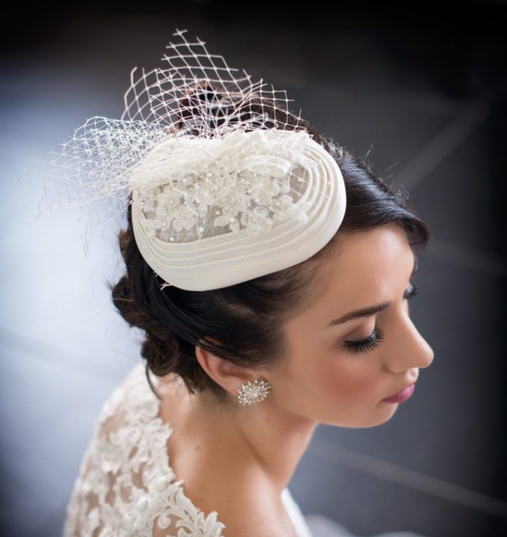 bridal hat with lace and netting. Cappellino con pizzo e velletta