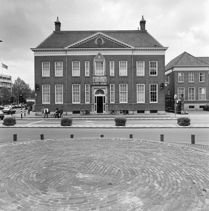 Het BANKGEBOUW op de hoek van De Waag en de Wierdensestraat werd in 1908 gebouwd voor de firma Ledeboer bankiers naar ontwerp van de architect G. Beltman. Het gebouw werd, zoals in die periode niet ongebruikelijk was, ontworpen als ware het een vrijstaand stadswoonhuis van een laat zeventiende eeuwse Hollandse koopman. De verwijzing naar de zakelijk succesvolle periode uit de vaderlandse geschiedenis, alsmede naar de belangrijke rol die de particulier in die tijd had bij de opsmuk van d