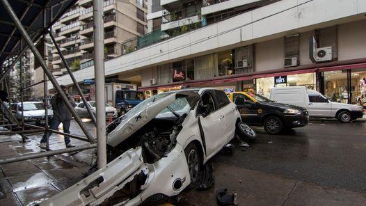 #Se metió de contramano y chocó a 4 autos que estaban estacionados - Clarín.com: Clarín.com Se metió de contramano y chocó a 4 autos que…