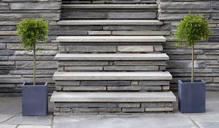 Der graue Grundton der Schiefer Treppen wird von dezenten anthrazitfarbenen Aderungen durchzogen. Diese moderne Treppen bestechen durch schlichte und moderne Eleganz, ohne dabei nach Aufmerksamkeit zu schreien.   http://www.treppen-deutschland.com/schiefer-treppen-moderne-schiefer-treppen