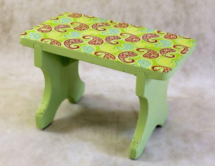 Маленькая табуреточка из массива дерева,салатого цвета,на сидении рисунок веселый летний рисунок из разноцветных индийских огурцов. Можно использовать как подставку для ног или просто как декоративное дополнение интерьера! Размер сидения 31х19 см Высота 20 см 1999р