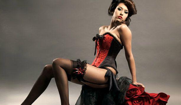 Lo  spettacolo di burlesque è costituito da vari momenti di ballo e musica, con i costumi tradizionali della Bella Epoque e dagli anni '30 agli anni '60. Quindi tra ballerine con abbigliamento burlesque sarà una serata eccezionale e divertente.