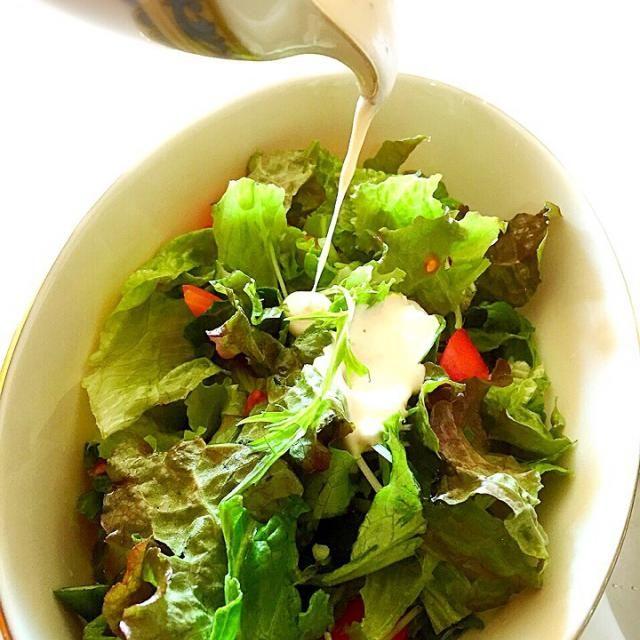 久しぶりにサニーレタスやお野菜をガッツリ!やはり私にはこのぐらい必要でございます - 85件のもぐもぐ - ヨーグルトで作る濃厚サラダソース! by tinatomo
