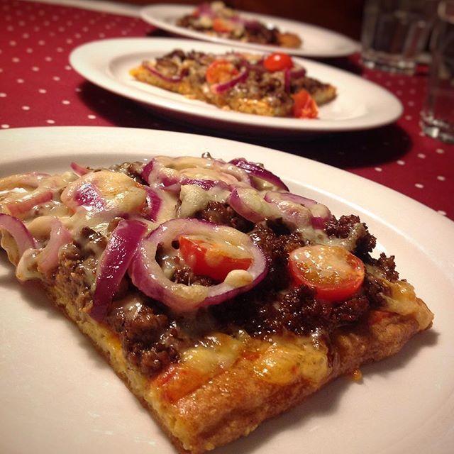 #internationellapizzadagen är det visst idag! 🍕🍕🍕 Visst ska man äta en smarrig och fet pizza då! 👍🏻 Pizza på en botten gjord på bl.a. mandelmjöl efter recept av @matmedjenny Riktigt god botten som fick krispiga kanter!! 👌🏻 #ensmarrigochfetpizza #pizza #glutenfritt #glutenfripizza #glutenfripizzabotten #lchfpizza #tomatsås #köttfärs #köttfärsröra #rödlök #tomat #ost #massoravost #lågkolhydratkost #lågkolhydratskost #lchf #lowcarb #lowcarbhighfat #lavkarbo #liberallchf
