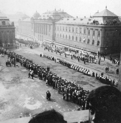 Budapest,l.kerület….Vár….Szent György tér …az augusztus 20.-i Szent Jobb körmenet – 1933.