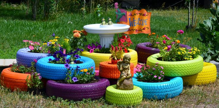 Flower bed made of old tires some paint soil flowers for Arreglo de jardines exteriores
