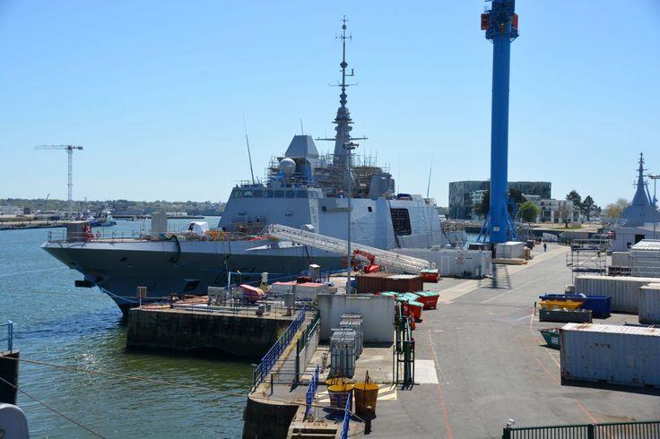 Réalisée par le site DCNS de Lorient, la quatrième frégate multi-missions de la Marine nationale, mise à l'eau en septembre 2015, est en achèvement à flot. L'Auvergne arbore désormais sa silhouette définitive, avec son grand mât, son radar multifonctions Herakles et ses deux imposants brouilleurs. Le bâtiment, qui doit débuter ses essais en mer à la fin de l'été (probablement dans le courant du mois de septembre), sera livré au premier semestre 2017 à la flotte française.