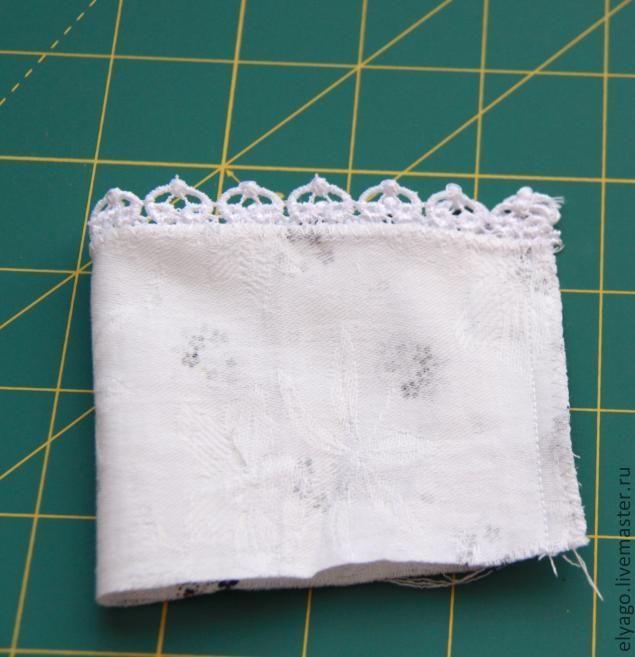 Предлагаю мастер класс по пошиву вот такого милого ангелочка на палочке. Это мой первый мастер класс на ЯМ, так что прошу не судить строго, с радостью приму любые комментарии и отзывы. Прелесть пошива в том, что вы можете использовать остатки ткани, ее нужно совсем немного. Нам понадобятся остатки ткани для тела, небольшие лоскуты ткани для платья, кружево, органза, пряжа для волос, палочка для шашлычков, бубенчик.