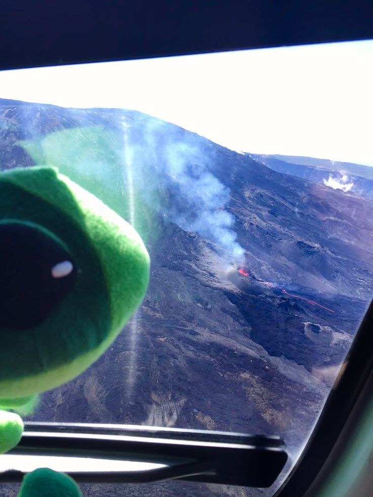 La mascotte de L'effet Péi s'envoie en l'air au dessus du Piton de la Fournaise en éruption avec Mary Pierce ! - L'effet Péi Mode in Réunion