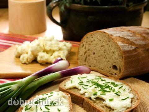 Bryndzovo-sardelová nátierka 100 g maslo 200 g bryndza pažitka 1/2 ČL drvená rasca 1 PL posekaná cibuľa podľa chuti sardelová pasta 2 ČL horčica Maslo vymiešame s bryndzou, rascou, cibuľou, sardelovou pastou a horčicou. Dobre vymiešame a nakoniec natrieme na krajce chleba a posypeme pažítkou.