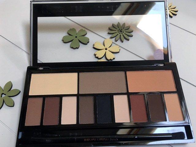 Het Makeup Revolution Light and Shade palette; overduidelijk een dupe voor het Kat von D Shade and Light palette! #dupealert #makeuprevolution #katvond
