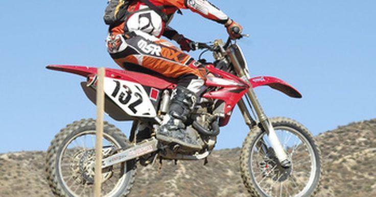 Especificaciones para la Honda XR100. La Honda XR100 y XR100R son conocidas como motos grandes para principiantes. Honda ha producido estos modelos desde 1981 al 2007. Los primeros modelos fueron conocidos como la XR100 y después de un cambio en la suspensión en 1985, el nombre de la serie se convirtió en la XR100R. Estas motos de cross están diseñadas para senderos, colinas y arena.