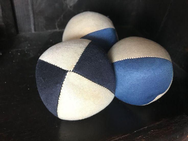 Der Jonglierball. Die Jonglierbälle.  Diese Bälle habe ich seit meiner Kindheit. Sie liegen gut in der Hand. Man kann mit ihnen jonglieren, sie also abwechselnd in die Luft werfen.  #vocab #vokabel #deutsch #german #lernen #learn #onewordaday