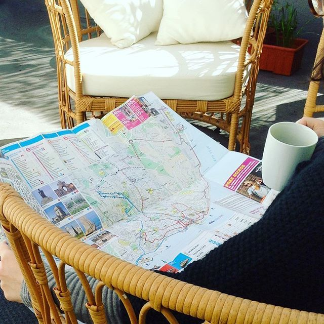 Should you stay (enjoying the breeze of spring on our sofa) or should you go (walk around the city)? Can also be your question during your next spring-break! 😍🙀😜 #lisbondreams #lisbondreamsguesthouse #sunnydays #lisbonspring #sittingonpatio #springadventures #lisbonmap