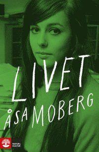 Våren 1968 var Åsa Moberg tjugo år gammal. Hon bodde ihop med den sexton år äldre fotografen Tor-Ivan Odulf i ett litet hus i Vita bergen utan rinnande vatten. Gymnasiet hade hon hoppat av, livet kunde inte börja fort nog. Genom vänner hade hon fått praktik på det nystartade klädmärket Mah-Jong. I hemlighet drömde hon om att skriva som Marianne Höök. I Paris, Rom och Berkeley protesterade ungdomar denna vår mot kapitalism, imperialism och kolonialism i allmänhet, och mot USA:s krig mot…