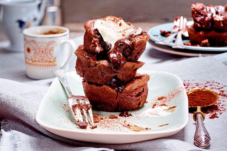 Wir präsentieren: das wohl tollste Missgeschick der Dessertgeschichte. Der flüssige Schokokern des warmen Küchleins ist nämlich alles andere als verkehrt