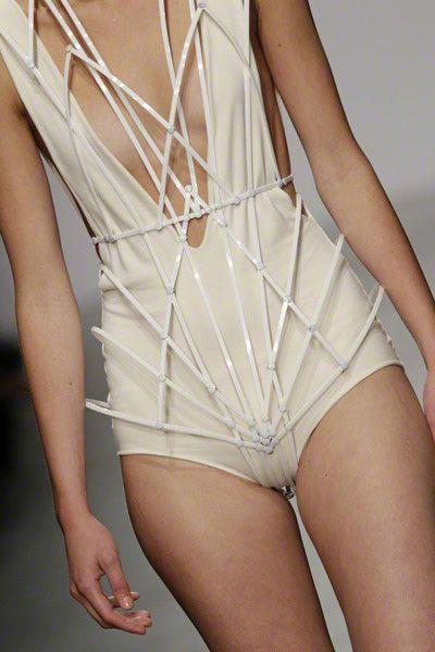 Tendance : Blanc futuriste - Trend : Futuristic White - Winde Rienstra - Maillot cordage blanc
