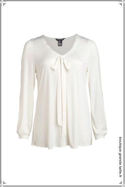 blouse blanche forme ample la poitrine est soulign d 39 un n ud formant un long cordon. Black Bedroom Furniture Sets. Home Design Ideas