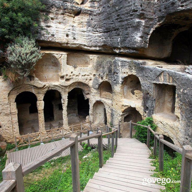 Künefesiyle meşhur Antakya'dayız bugün  Hep yemekleriyle ünlü Hatay'daki antik kent ve mezarlıkları duymuş muydunuz? Özellikle Samandağ'ında bulunan Roma dönemine ait bir mezarlıktır. Beşikli Mağara turistlerin en çok ilgi gösterdiği yerlerden.  -------------------- govego.com  #doğa #naturel #yeşil #green #life #lifeisgood #seyahatetmek #seyahat #yolculuk #gezi #view #manzara #gününkaresi