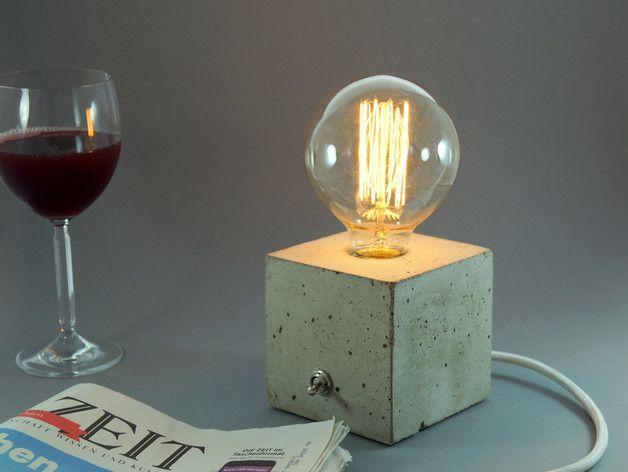 """Die **kubische Tischleuchte """"cubo""""** wird als Einzelanfertigung  per Hand aus feinporigem Beton gefertigt. Sie vereint den rauen Charme von Beton mit einer zeitlosen Vintage Edison Glühlampe zu..."""