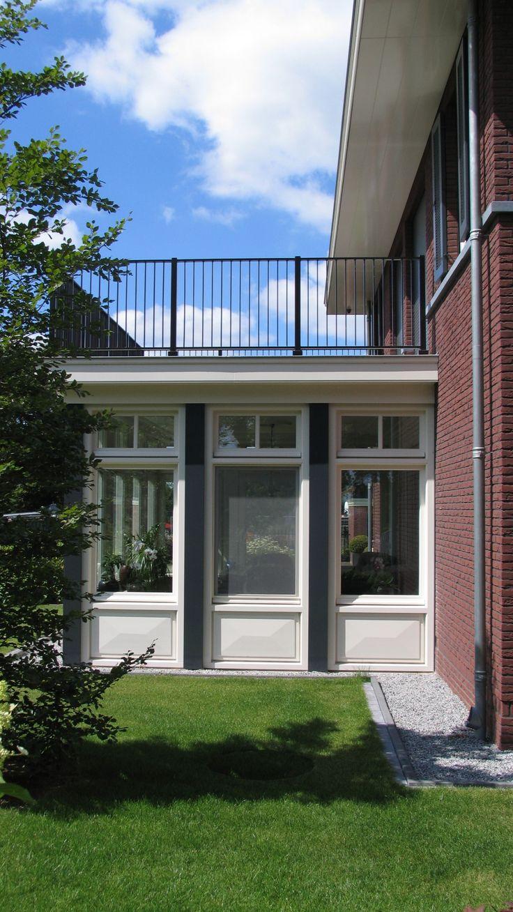 klassiek jaren 30 geïnspireerde woning   statige vrijstaande villa met ruim uitgebouwde overstekken, klassieke raamverdeling en detaillering