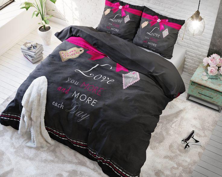 """Het Sleeptime Essentials More Love Anthracite-dekbedovertrek heeft een romantisch, maar tegelijk ook een trendy en fraai design. Het overtrek heeft een zwarte ondergrond met daarop de tekst """"Love you more and more each day"""". Aan de bovenkant van het overtrek heeft de ontwerper het geheel leuk afgewerkt met een print van een roze lint met strik. Het dekbedovertrek wordt geleverd met bijpassende kussenslopen met dezelfde print wat het beddengoed helemaal compleet maakt. Combineer het overtrek…"""