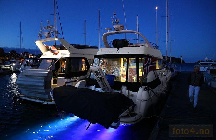 #Nattfoto av båter i #gjestehavn opplyst av #undervanns  #led lys. #Nightphoto od #flybridge #boats with #underwater #ledlight.