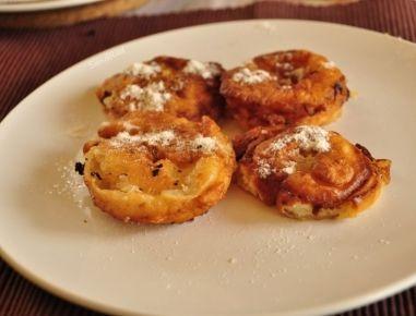 Für die Apfelspalten aus Mehl, Ei, Milch, Zucker und einer Prise Salz einen Palatschinkenteig zubereiten. Die Äpfel schälen, entkernen und in Ringe